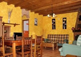 Sala de estar con mesa alargada y una chimenea