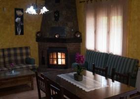 Sala de estar con varios sillones y chimenea en la esquina