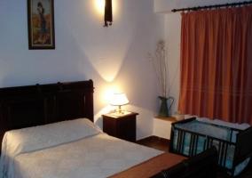 Dormitorio de matrimonio y una cuna.JPG