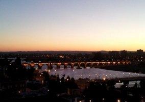 Zona centro de Badajoz con el puente.JPG