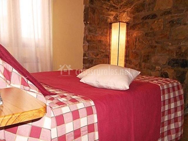 Habitación con muro de piedra