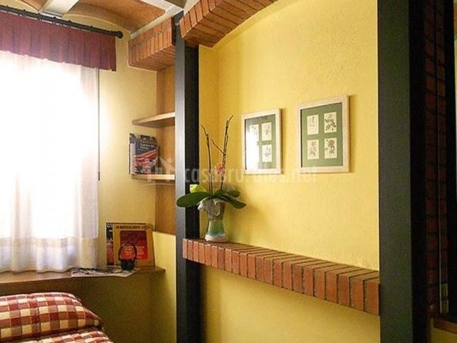 Habitación con colcha de cuadros
