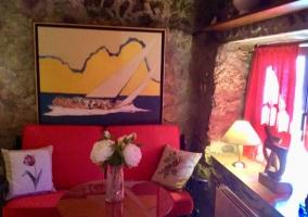 Sala de estar con sillones tapizados y mesa