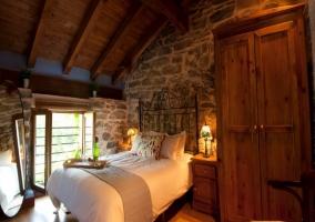 Armario de madera junto a la cama