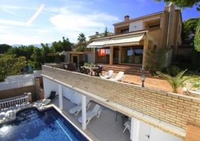 Amplias vistas de la casa y la piscina abajo