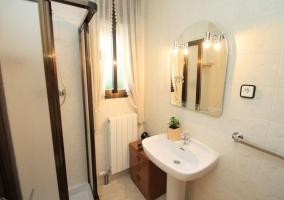 Aseo de la casa con ducha y espejo en el lavabo