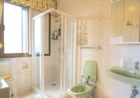 Aseo de la casa con espejo y ducha en esquina