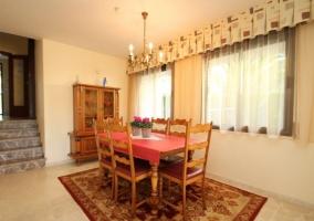 Comedor de la casa en madera y con sillas