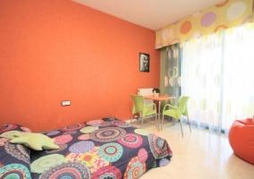 Dormitorio de matrimonio con colorines