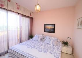 Dormitorio de matrimonio con mesillas y plantas