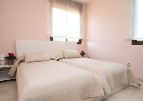 Dormitorio doble con colchas en tonos claros
