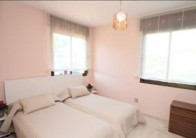 Dormitorio doble con colchas y muebles