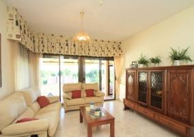 Sala de estar con mueble de madera tallado y sillones