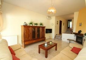 Sala de estar con sillones tapizados y la chimenea