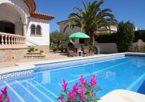Amplias vistas de la casa con palmeras junto a la piscina