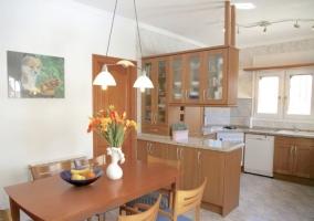 Cocina de la casa con encimera y armarios de madera.JPG