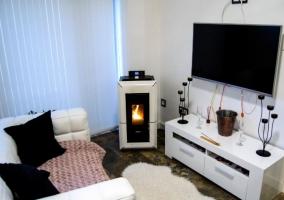 Pecado sala de estar con televisor amplio y estufa