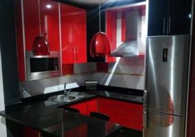 Cocina en negro y rojo con barra