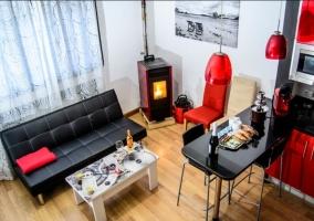 Sala de estar y cocina comunicados en rojo y negro