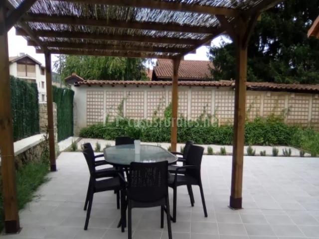Casa san nicolas en larrasoa a larrasoaina navarra for Cenador de jardin