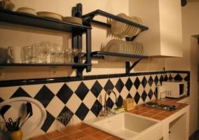 Encimera de la cocina con microondas y cafetera