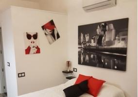Sala de estar amplia y cama de matrimonio al lado