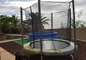 Exterior piscina y zona de juegos