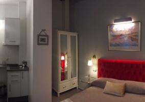 Dormitorio de matrimonio con cabecero en color rojo