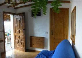 Sala de estar con sillones en azul