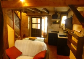 Dormitorio de matrimonio con estructura en madera