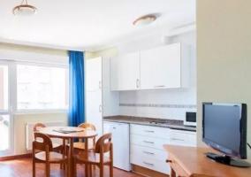 Cocina de la casa comunicada con la sala de estar y el comedor