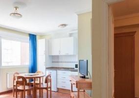 Cocina de la casa comunicada con la sala de estar y la zona de comedor