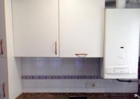 Cocina de la casa con armarios en color blanco y vitro