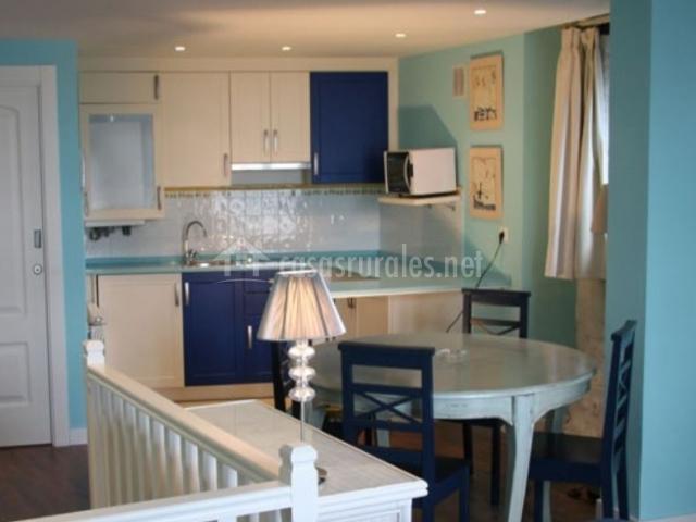 Cocina de la casa azul con mesa para comer al lado