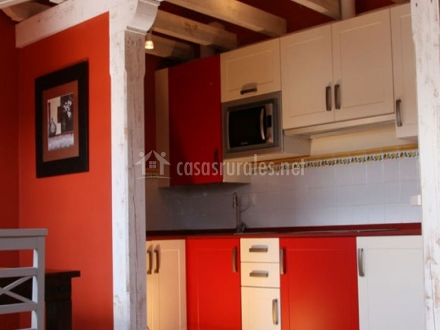 Cocina de la casa roja comunicada con el comedor