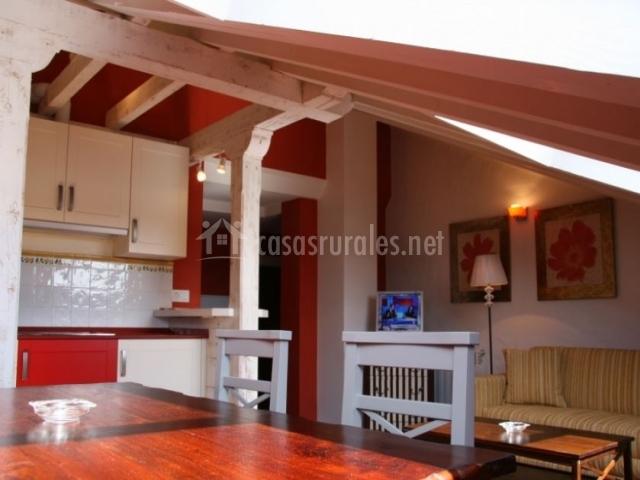 Sala de estar roja junto a la cocina