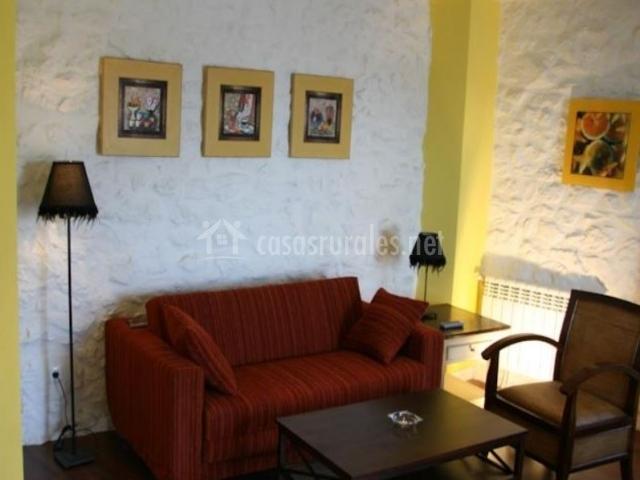 Sala de estar amarilla con sillones