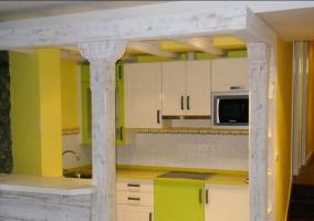 Cocina amarilla de la casa con barra