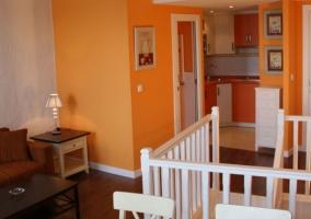 Cocina y sala de estar naranja de la casa