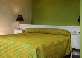Dormitorio de matrimonio verde con mesillas