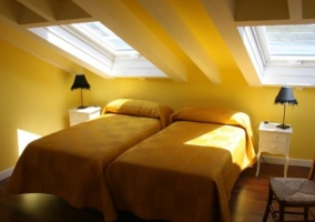 Dormitorio doble amarillo con tragaluz