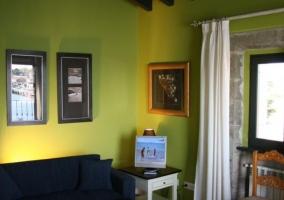 Sala de estar verde con sillones