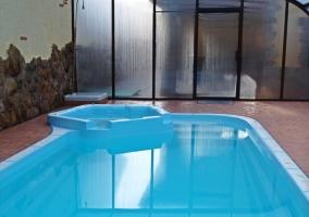 Amplia piscina cubierta de la casa