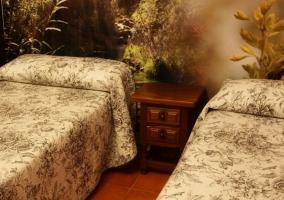 Dormitorio doble con papel pintado