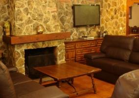 Sala de estar con la chimenea junto a los sillones