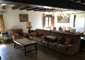 Sala de estar amplia con sillones en beige