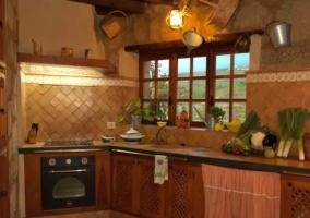 Cocina amplia y con ventanales y armarios