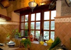 Cocina con encimera y buenas vistas