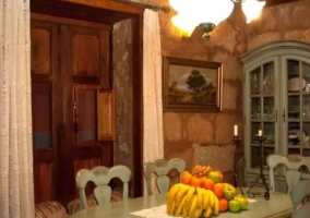 Comedor con centro de frutas en la mesa