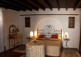 Dormitorio doble con camas juntas y mesilla